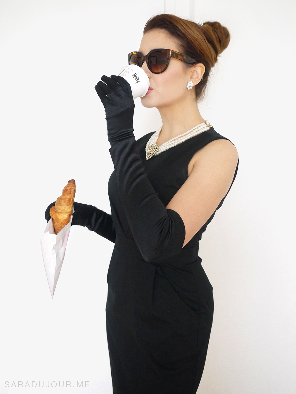 audrey-hepburn-holly-golightly-breakfast-at-tiffanys-halloween-costume-01